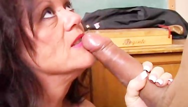 Gorgeous Mature Honey Gives A Deep Throat Lesson
