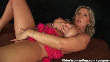 Chunky Mature Mother With Thick Melons Masturbates