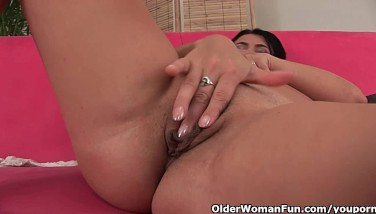 Mature Housewife With Meaty Globes Takes A Onanism Break